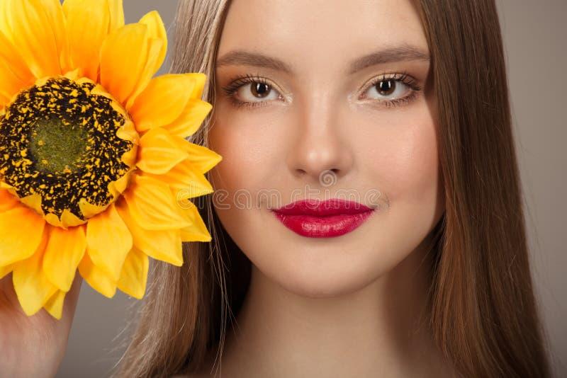 Portrait de plan rapproché d'une belle femme de sourire images libres de droits