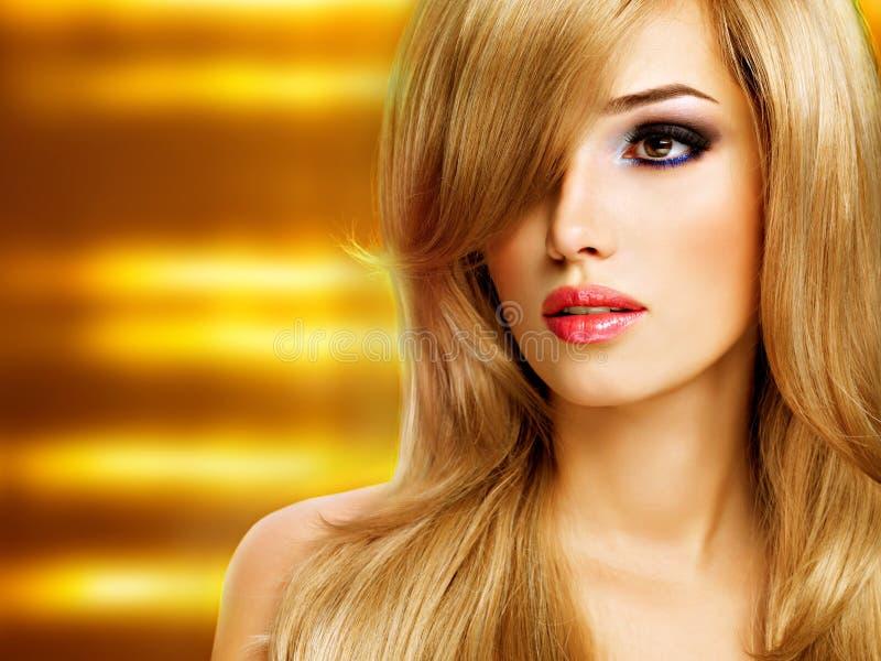 Portrait de plan rapproché d'une belle jeune femme avec de longs cheveux blancs photographie stock libre de droits