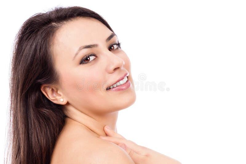 Portrait de plan rapproché d'une belle jeune femme avec de longs cheveux bruns images stock