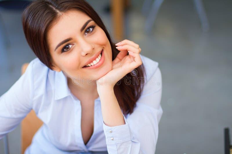 Portrait de plan rapproché d'une jeune femme heureuse photo stock