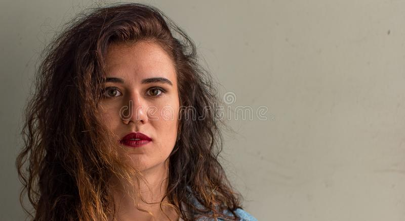 Portrait de plan rapproché d'une jeune fille caucasienne photographie stock libre de droits