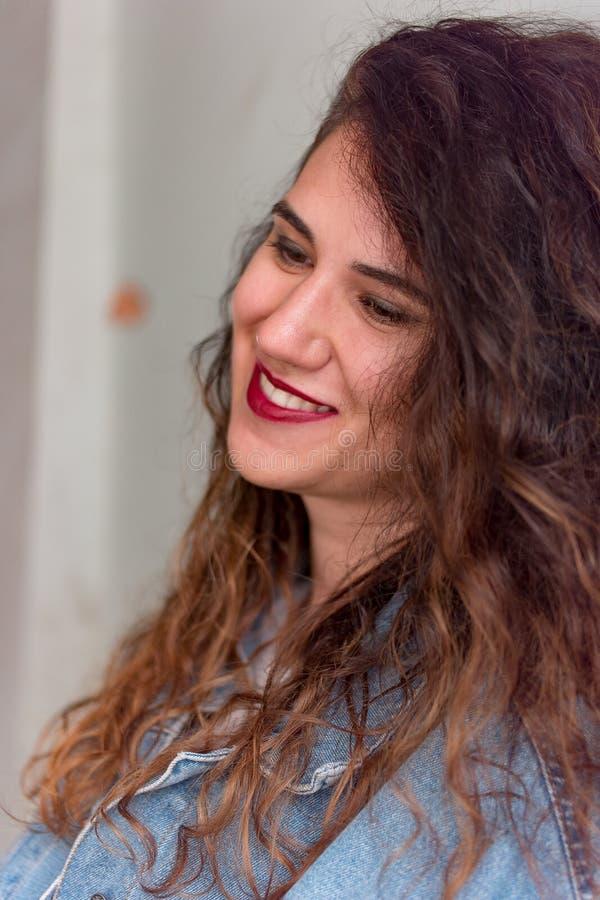 Portrait de plan rapproché d'une jeune fille caucasienne photos stock