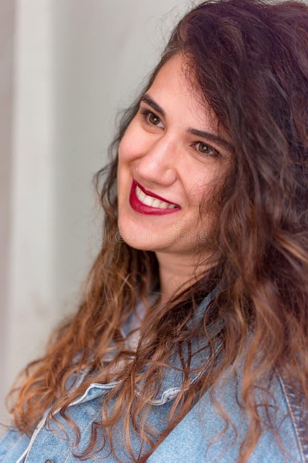Portrait de plan rapproché d'une jeune fille caucasienne photo stock
