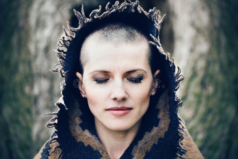 Portrait de plan rapproché de belle jeune femme chauve blanche caucasienne de fille avec la tête rasée de cheveux avec les yeux f photographie stock libre de droits