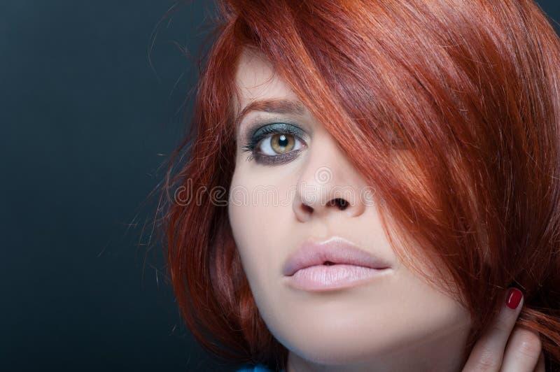 Portrait de plan rapproché de femelle rousse photographie stock