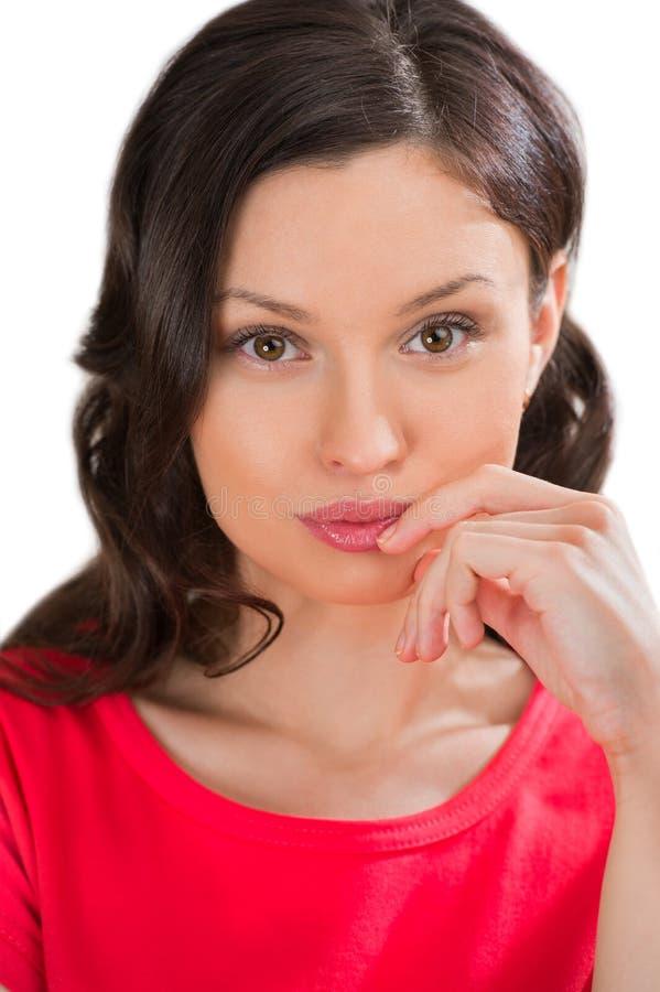 Portrait de plan rapproché de femme avec du charme regardant l'appareil-photo photographie stock libre de droits