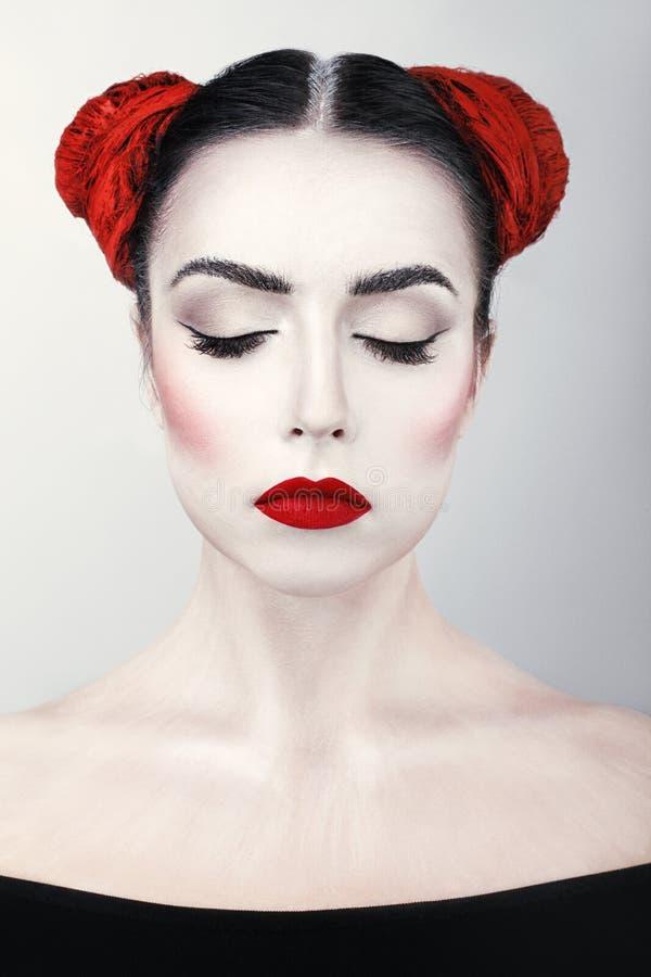 Portrait de plan rapproché de fille châtain de jeune belle femme avec le maquillage d'art images stock