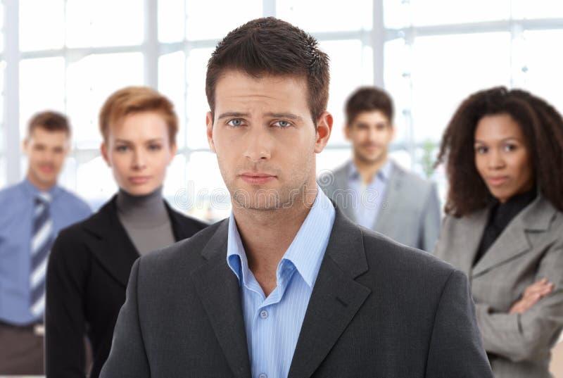 Portrait de plan rapproché de jeunes homme d'affaires et équipe photo libre de droits