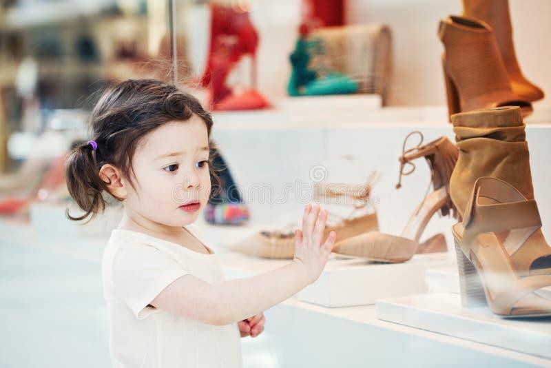 Portrait de plan rapproché de l'enfant caucasien blanc de fille d'enfant en bas âge de renversement triste adorable mignon avec d photographie stock libre de droits