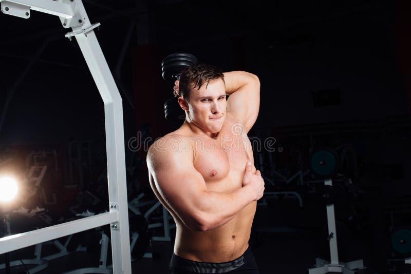 Portrait de plan rapproché de l'homme musculaire fort de yang de bodybuilder professionnel faisant l'exercice Séance d'entraîneme image stock