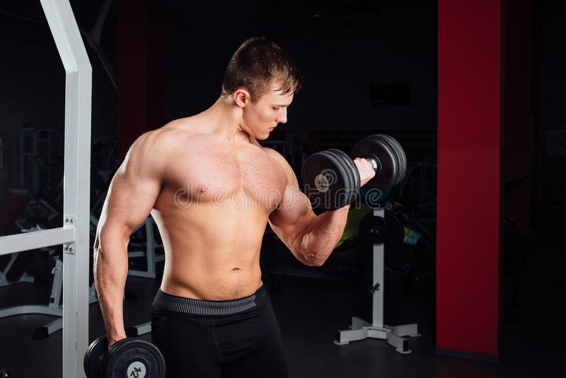 Portrait de plan rapproché de l'homme musculaire fort de yang de bodybuilder professionnel faisant l'exercice Séance d'entraîneme photos stock