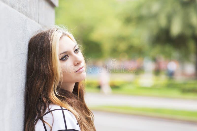Portrait de plan rapproché de la belle fille songeuse regardant loin dans le s photos stock