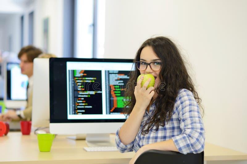 Portrait de plan rapproché de la jeune femme mignonne d'affaires souriant sur son lieu de travail de démarrage photos stock