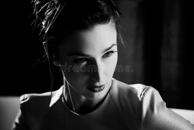Portrait de plan rapproché de mannequin noir et blanc photo stock