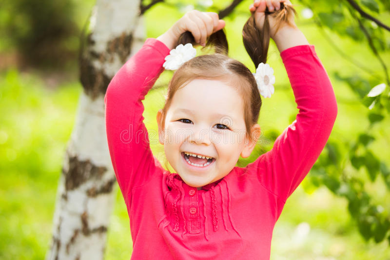 Portrait de plan rapproché de petit enfant drôle beau visage de filles heureux images libres de droits