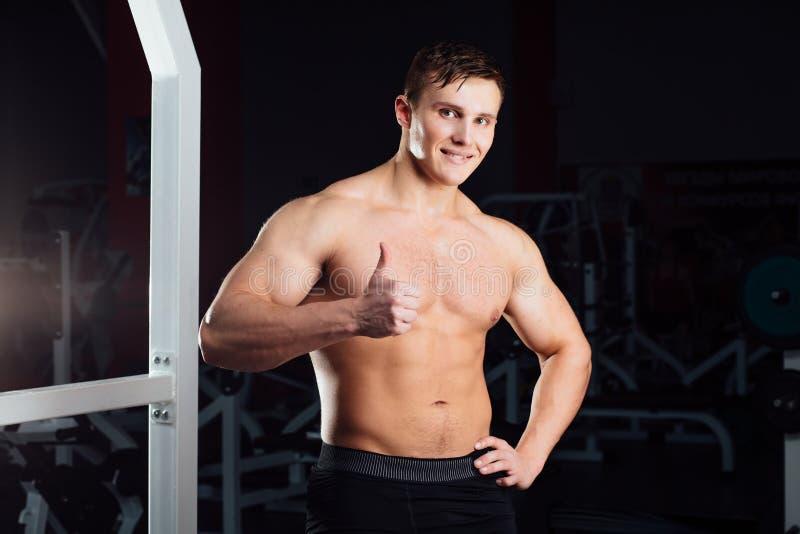 Portrait de plan rapproché de séance d'entraînement professionnelle de bodybuilder avec le barbell au gymnase Formation musculair image stock
