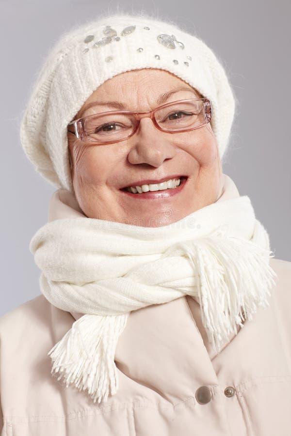 Portrait de plan rapproché de vieille dame à l'hiver photos libres de droits