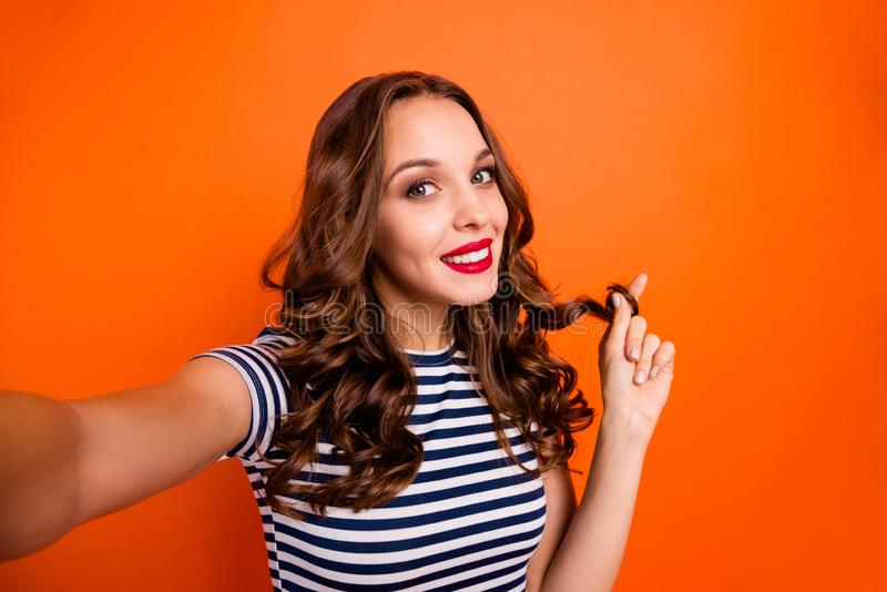 Portrait de plan rapproché des bonbons optimistes adorables avec des cosmétiques idéaux de lèvres vives de pommade elle sa da images stock