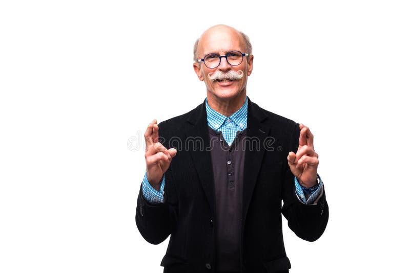 Portrait de plan rapproché des doigts mûrs supérieurs de croisement d'homme souhaitant et priant pour le miracle, espérant le mei photographie stock