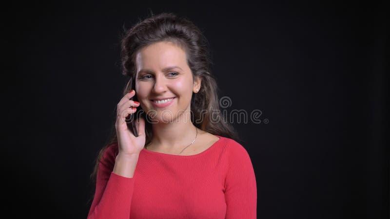 Portrait de plan rapproché du Caucasien d'une cinquantaine d'années attirant ayant une conversation occasionnelle au téléphone et images libres de droits