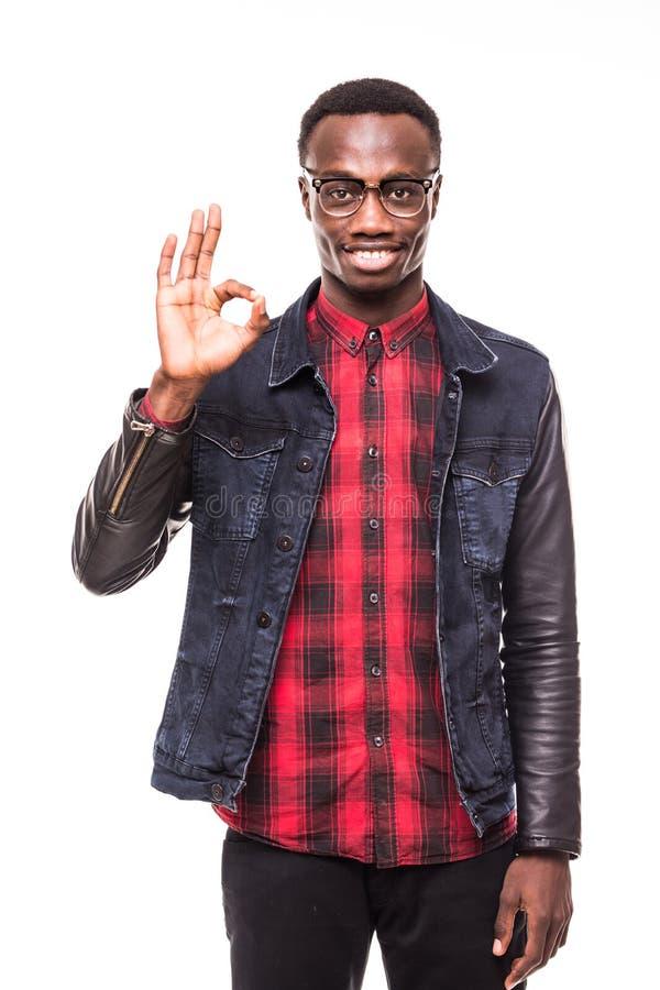 Portrait de plan rapproché du jeune homme enthousiaste heureux et souriant bel donnant le signe CORRECT avec des doigts, d'isolem image stock
