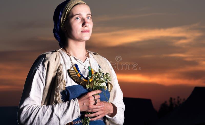 Portrait de plan rapproché de femme de slavic de la reconstruction historique passée images libres de droits