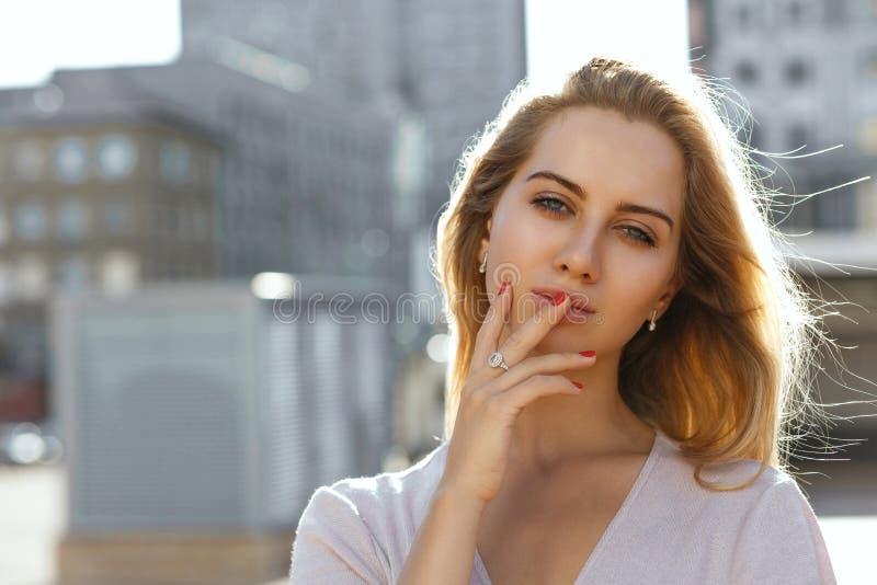 Portrait de plan rapproché de fille blonde sexy avec de longs cheveux posant au Th photos libres de droits