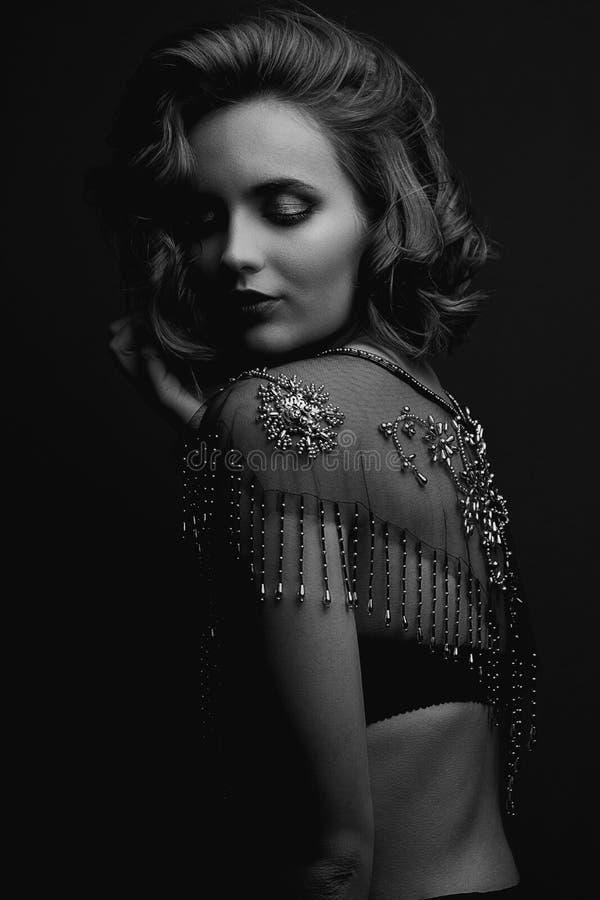 Portrait de plan rapproché de fille de brune avec le chemisier de port de dentelle de cheveux bouclés Tonalité noire et blanche images libres de droits