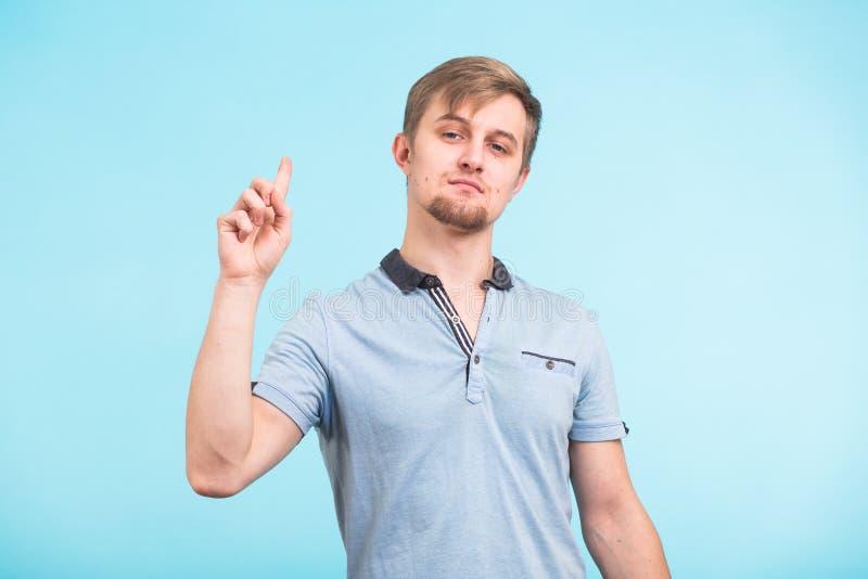Portrait de plan rapproché de Headshot de jeune homme ingénieux Le type beau a trouvé une solution inattendue, a l'idée originale photo stock