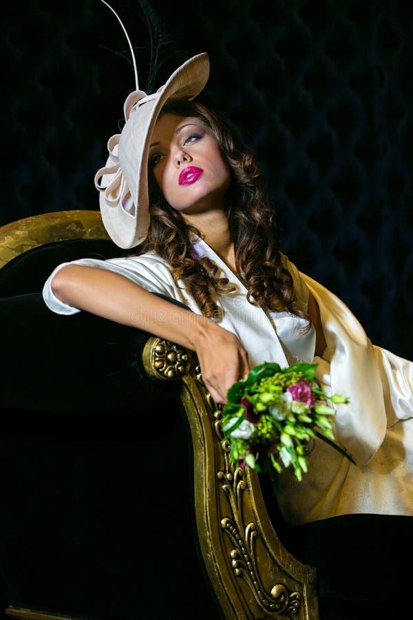 Portrait de plan rapproché de jeune belle femme dans un ehat de concepteur photos stock