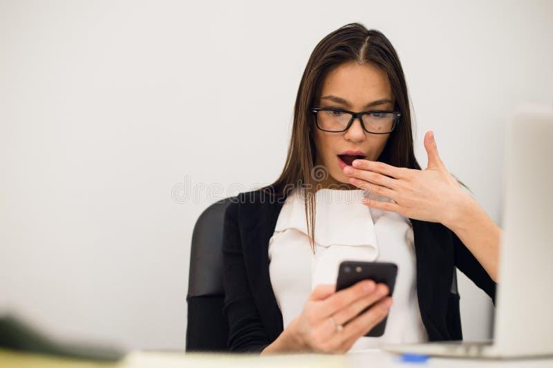 Portrait de plan rapproché jeune, femme choquée d'affaires, regardant le téléphone portable voyant le mauvais message textuel, em photographie stock libre de droits