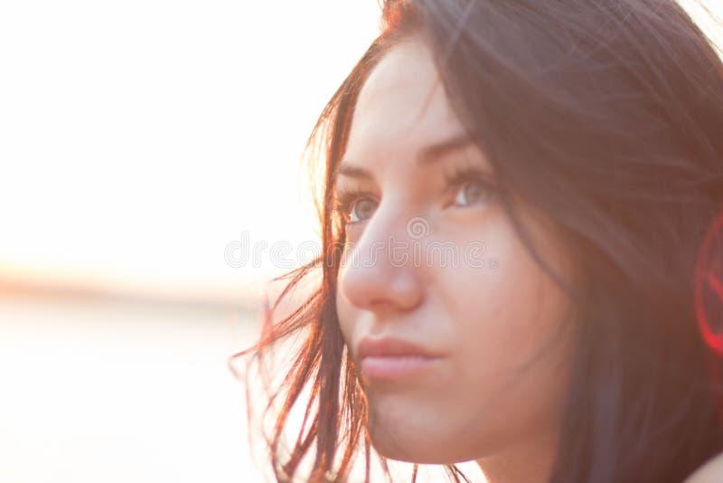 Portrait de plan rapproché de jeune femme dans la lumière lumineuse du coucher du soleil Été image stock