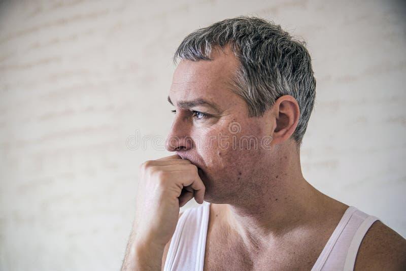 Portrait de plan rapproché, jeune homme adulte, déprimé triste, soumis à une contrainte, alon images libres de droits
