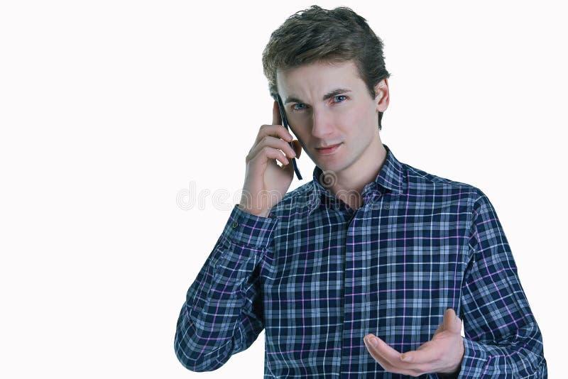 Portrait de plan rapproché de jeune homme sérieux d'affaires, employé d'entreprise, étudiant parlant au téléphone portable images stock