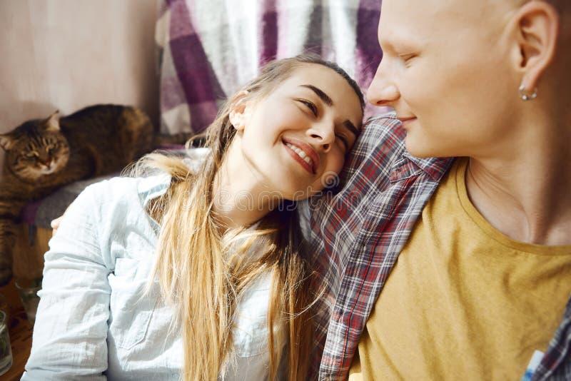Portrait de plan rapproché de jeunes couples amoureux tendres se reposant sur le plancher, fille se trouvant sur l'épaule de son  photo stock