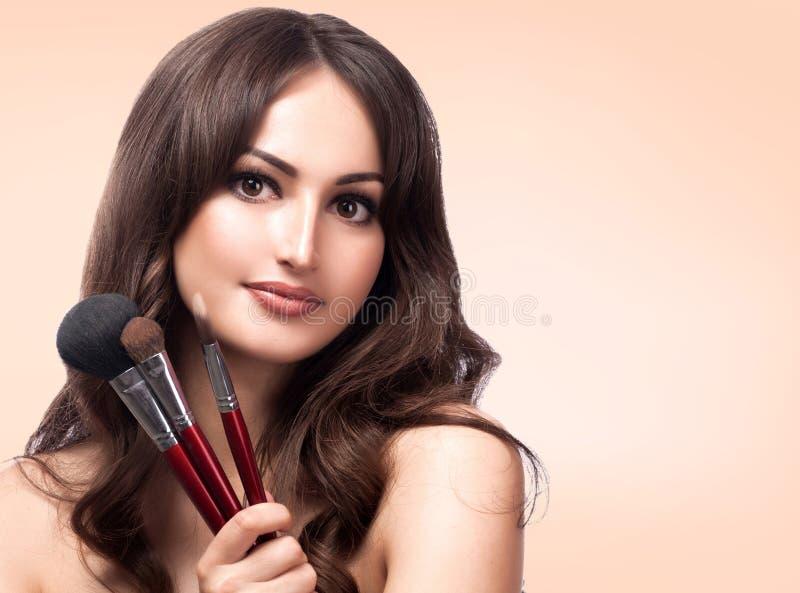 Portrait de plan rapproché de jolie femme avec les brosses cosmétiques photos libres de droits