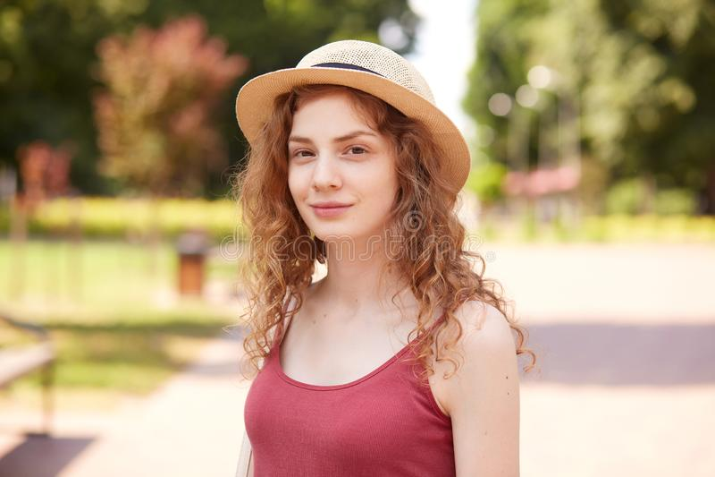 Portrait de plan rapproché de la belle fille de sourire posant en air frais, ayant l'expression du visage agréable, se tenant aut photographie stock libre de droits