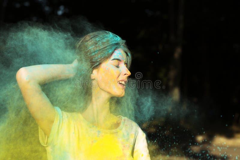 Portrait de plan rapproché de la femme riante de brune jouant avec le yel sec image libre de droits