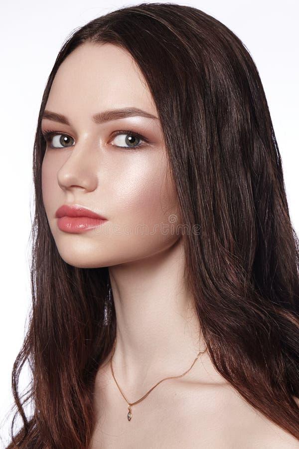 Portrait de plan rapproché de la mode de port de belle jeune mariée épousant des accessoires avec le maquillage et la coiffure de photos stock