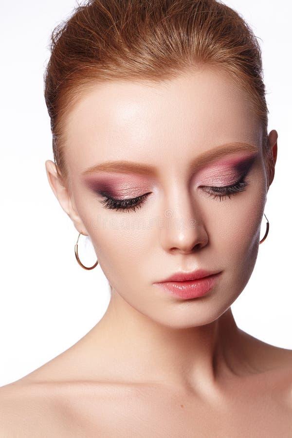 Portrait de plan rapproché de la mode de port de belle jeune mariée épousant des accessoires avec le maquillage et la coiffure de images libres de droits