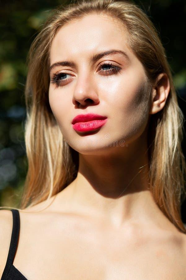 Portrait de plan rapproché de modèle blond à la mode avec m professionnel image stock