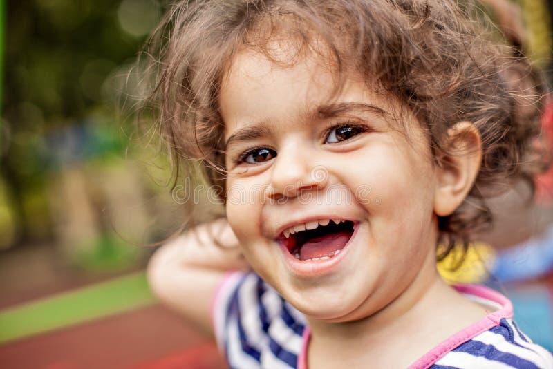 Portrait de plan rapproché de petite fille de sourire heureuse photo libre de droits