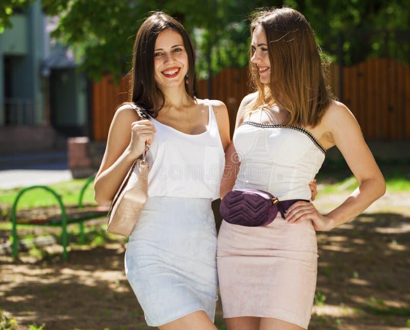 Portrait de plan rapproch? d'un sourire heureux de jeunes femmes photos stock