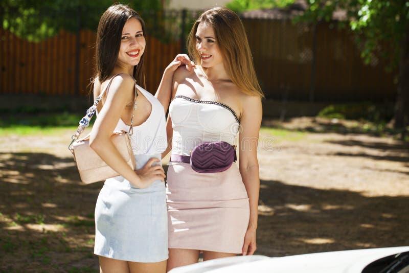Portrait de plan rapproch? d'un sourire heureux de jeunes femmes photographie stock libre de droits