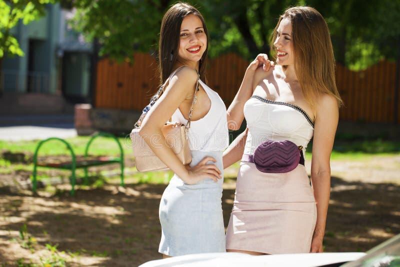 Portrait de plan rapproch? d'un sourire heureux de jeunes femmes photo libre de droits