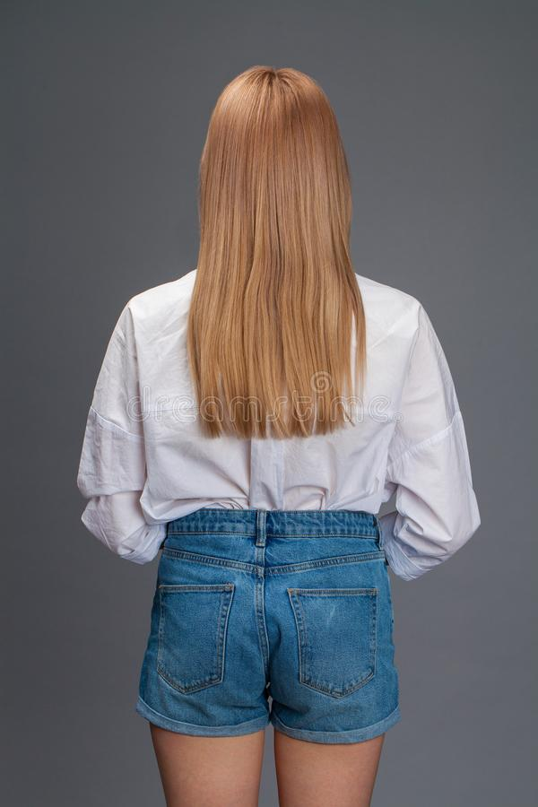 Portrait de plan rapproch? d'une jeune belle femme blonde dans une chemise blanche photographie stock libre de droits