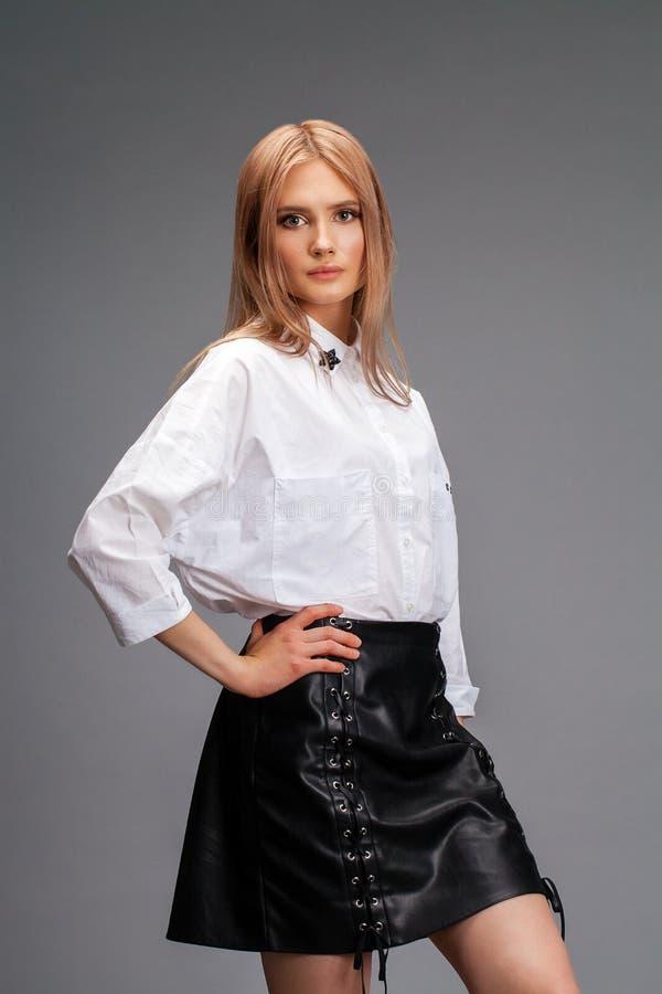 Portrait de plan rapproch? d'une jeune belle femme blonde dans une chemise blanche images libres de droits