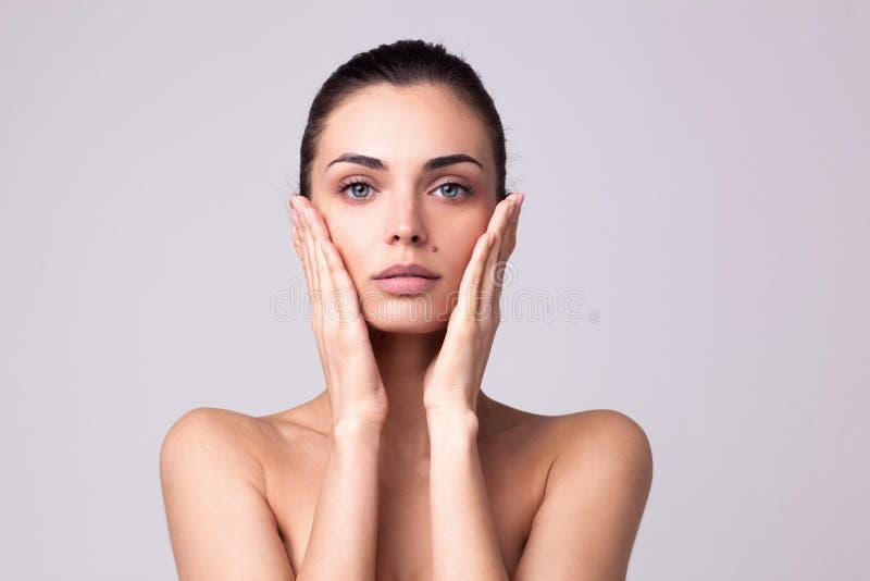 Portrait de plan rapproch? de femme beautyful avec la peau fra?che propre photos libres de droits