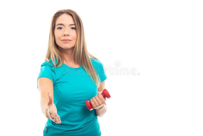 Portrait de poignée de main de offre de port de T-shirt de jeune jolie fille photos libres de droits