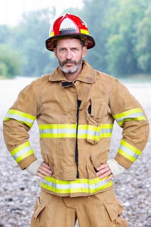 Portrait de pompier beau dans l'uniforme photographie stock